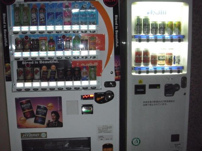 1F 自動販売機(コーヒー、ジュース、お茶、ビール、日本酒、酎ハイ、おつまみ、その他)