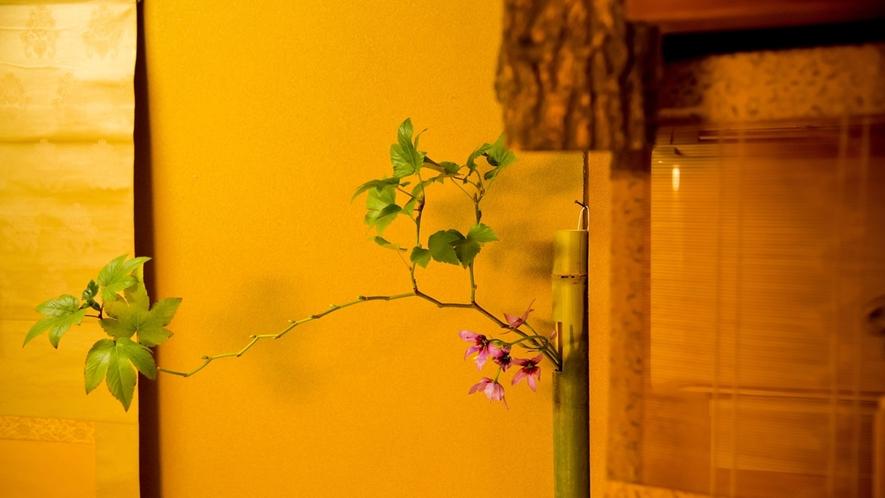 客室_季節の花を活けてお迎えいたします