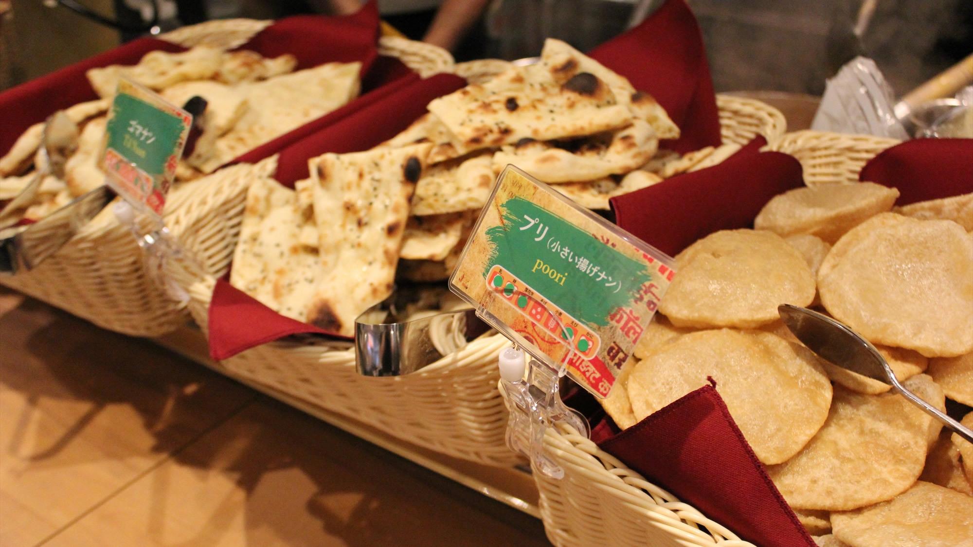 【朝食か昼食が選べる】厨房では「タンドール窯」でナンやチキンなど、アツアツ焼き立てをご用意!