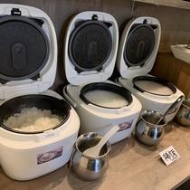 【モーニングビュッフェ】白飯、味噌汁、梅干し、本日のお惣菜3種、漬物2種など和食もご用意☆