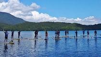*【白馬アクティビティ_SUP】ボードに立って乗り、湖をパドルを漕いで水面を進んでいきます。