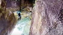 *【白馬アクティビティ】夏でも清涼感抜群!澄んだ川をじゃぶじゃぶ進むアクティブな沢遊びです。