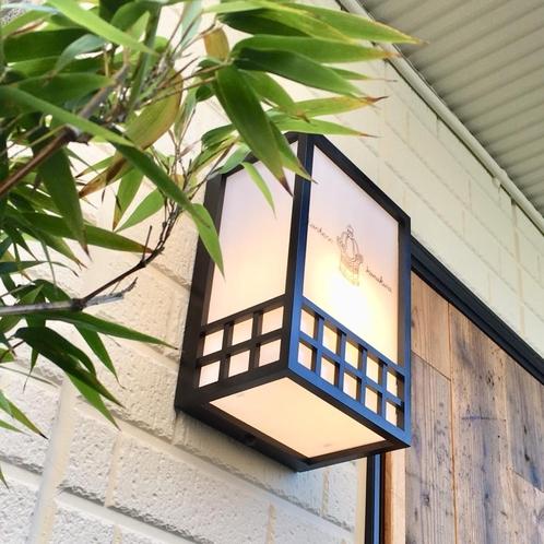 看板代わりのロゴ入り照明 ようこそ一棟貸切の町宿ランタン鎌倉へ