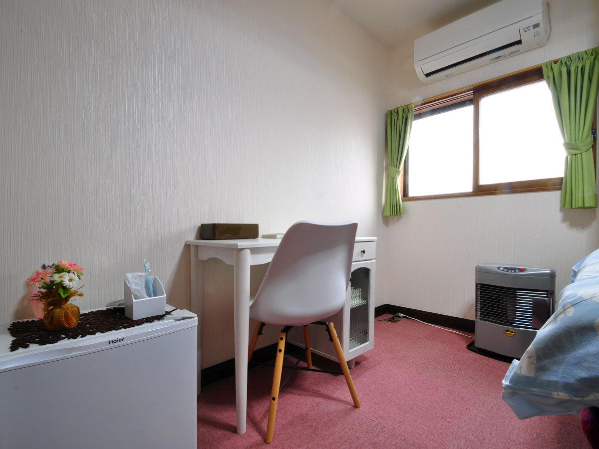 【セミダブルルーム(バス付・トイレ付)】机、エアコン、ストーブに冷蔵庫、そしてWi-Fiも完備。