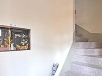 【フロント客室階段】お部屋へ続く階段です