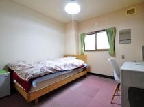 【和室5~6畳・ベッド付(バス無・トイレ無・冷房無)】家にいるようなアットホームな安心感があります。