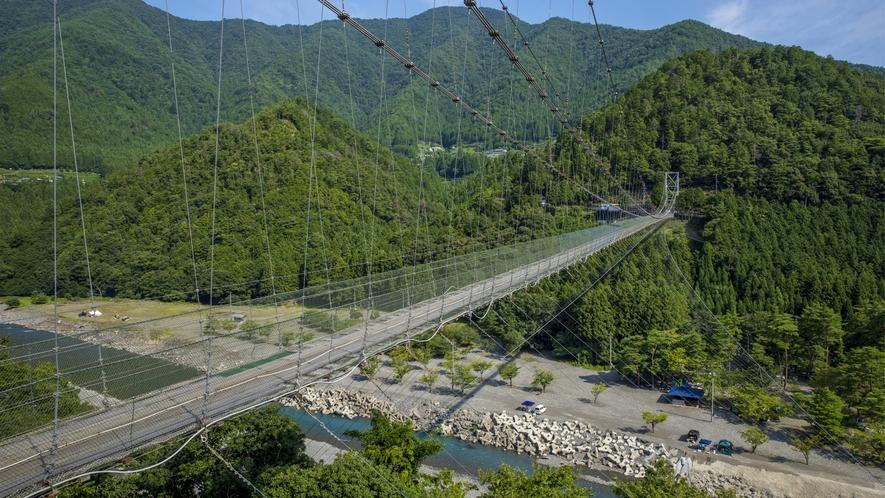 【谷瀬の吊り橋】そびえ立つ深い山々に囲まれ、眼下には清澄な十津川(熊野川)が流れまさに絶景です!