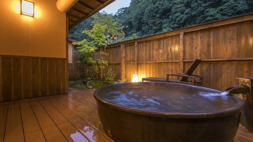 【和洋スイート】の露天風呂は、標準客室より広いサイズです。自然に包み込まれるような心地よさです。