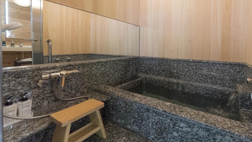 お部屋には、高級感あふれる造りの内風呂もございます。こちらも源泉かけ流しです。