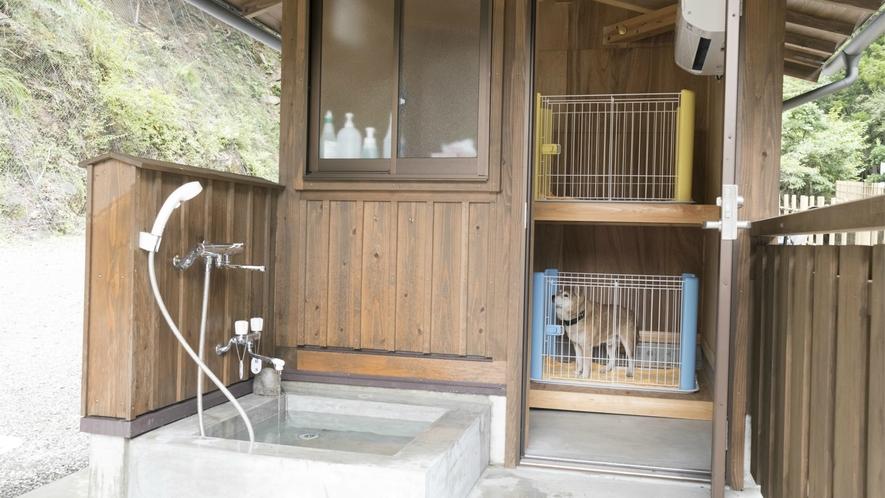 ペット専用ケージ:冷暖房完備、お身体を洗ったりできるシャワーブース付です。