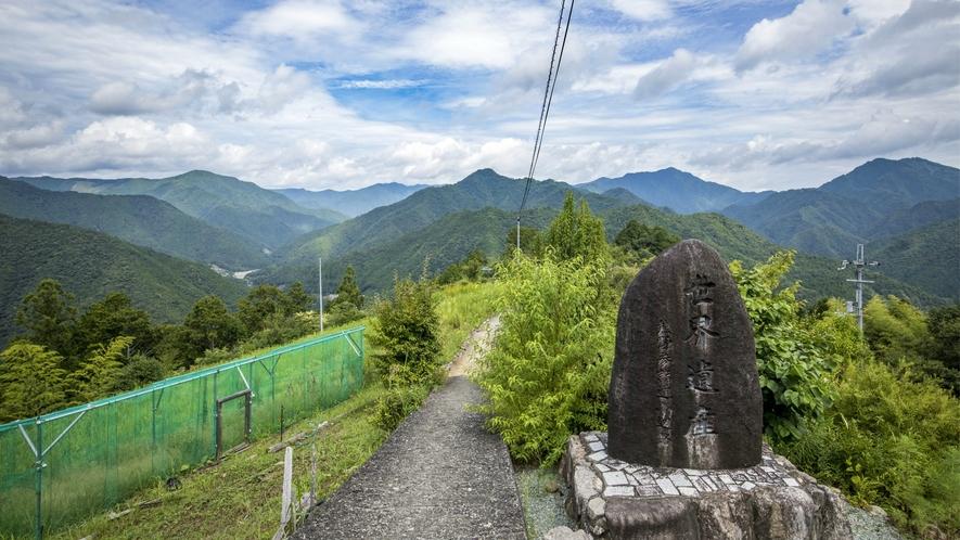 【果無集落】山脈を見渡す美しさから「天空の郷」と呼ばれており、のどかな暮らしに癒されるスポットです。