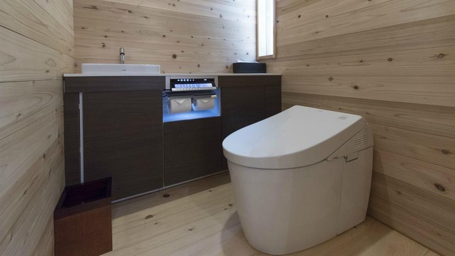木の造りで広々としたお手洗いです。