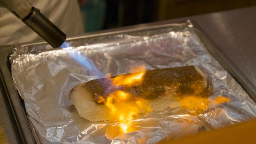 夕食一例「美熊野牛炙り寿司」お召し上がり直前に目の前で焼き上げ、旨味と肉汁が絡み合い贅沢な一品です。
