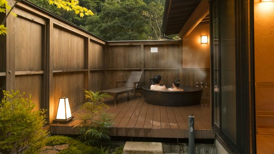 温かみある信楽焼の客室専用露天風呂で至高のひととき。信楽焼は遠赤効果が高く、体の芯まで温めてくれます