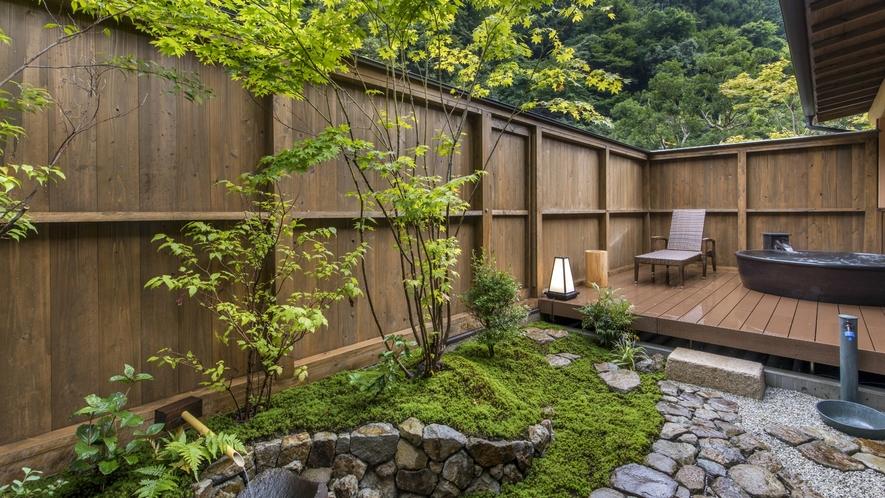 【和洋スイート】広縁から続く庭の木製デッキには露天風呂をしつらえ、湯船は信楽で焼いたこだわりの別注品