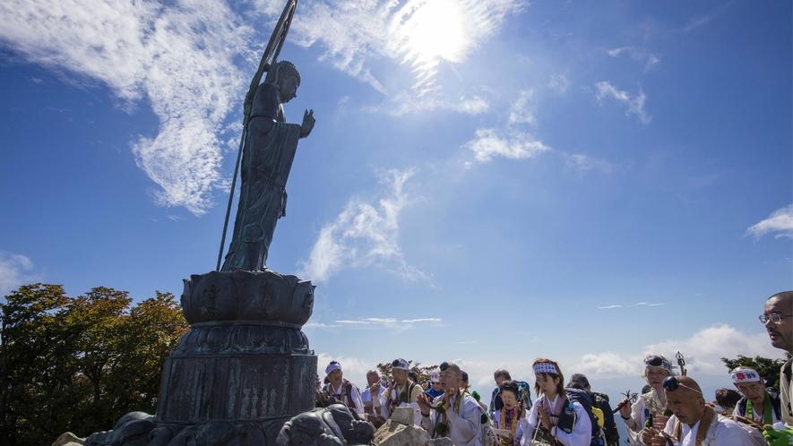 【釈迦ケ岳】山頂は「大峯奥駈道」を通るルートになっており「釈迦如来」が迎えてくれます。