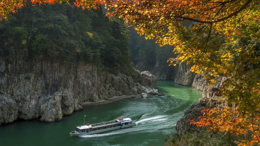 【瀞峡】荒々しく切り立つ断崖と巨岩、静かな深い瀞の水は神秘的なに澄みわたり不思議と心が落ち着きます
