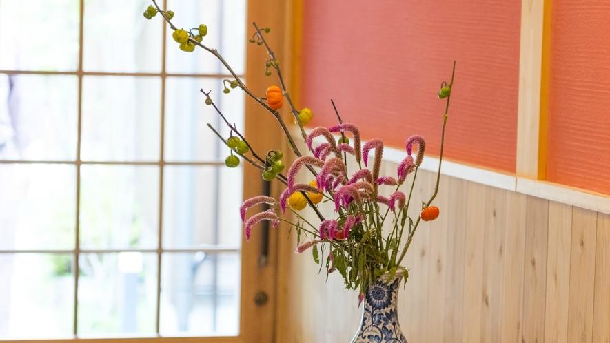 ロビーでは季節の花々がお出迎え。
