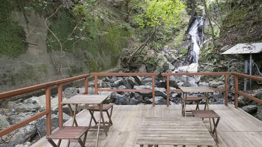 千慶専用の川床もございます。自然のリラクゼーションの中、物思いにふけたり、お酒を嗜んだり。