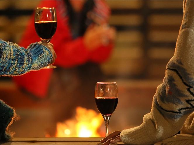 焚火でワイン