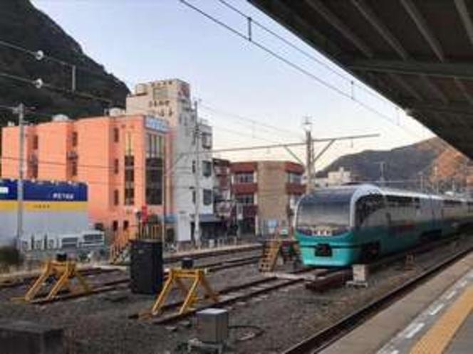 伊豆急下田駅構内から見たビジネスホテル翔山です。