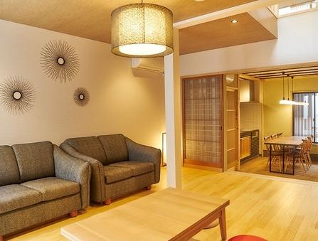 【1棟貸し京町家】土間の台所と上下階に坪庭のある京都らしい宿