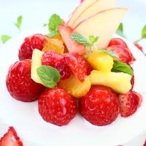 旬のフルーツをが盛り沢山のデコレーションケーキ