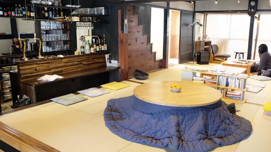 ・カフェバー:ゆったり寛げる畳スペース