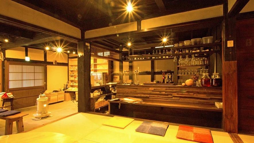 ・カフェバー:レトロな雰囲気の中でお酒をお楽しみください