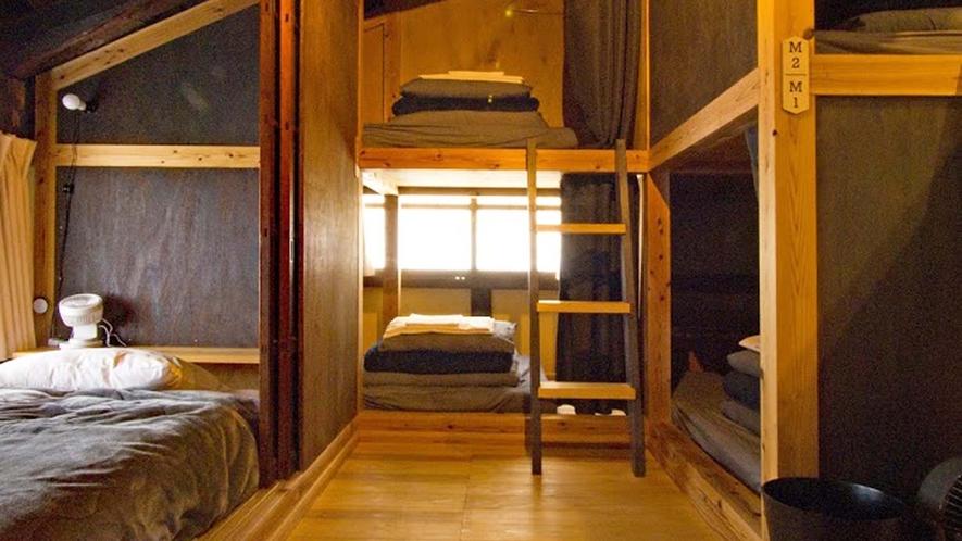・ドミトリー:バンクベッドとシングルベッドのスペースがございます