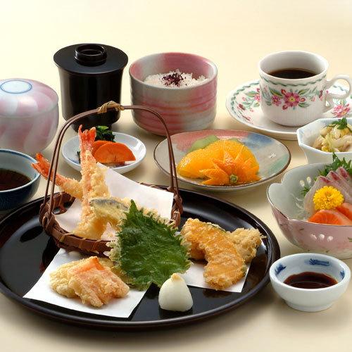 【天麩羅御膳】旬の食材を使った天ぷらをメインにお刺身や茶碗蒸しもお楽しみいただけます。