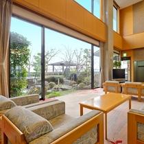 *【ロビー】緑溢れる日本庭園をご覧いただきながら、安らぎのひとときをお過ごし下さい。
