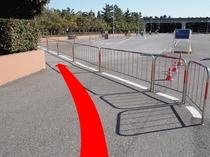 ◆シーのバスのりば道順6◆柵の内側(歩道)を進む