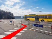 ◆ランドバスのりば道順9◆横断歩道を渡り「送迎バス専用乗降場」の青い看板が目印