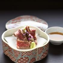 近江牛づくし:近江牛を刺しで頂く贅沢な1品。きめ細かい脂がお口の中でとろけます。