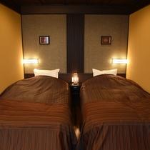 お市:ベッドサイドの灯りがやさしく包み、おふたり様をリラクゼーションの空間へと導きます。