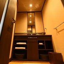 お市:当館おすすめ部屋風呂付のお部屋。こだわりのブラウンを基調としたシックな印象の洗面所。