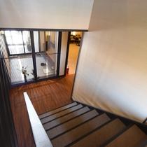 エントランスからのびる階段。館内は、光を多く取り入れ、明るく解放感溢れるつくりになっています。