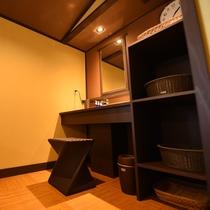 貸切風呂の脱衣所。落ち着きのある空間。女性やご年配の方にもうれしい配慮で籐の椅子もございます。