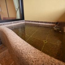 お市:石造りの高級感あふれるお風呂になっております。あたたかい温泉に癒されてくださいませ。