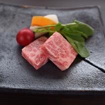滋賀県で育った三大和牛の1つ近江牛。ジューシーでとろけるような柔らかいお肉をぜひご堪能ください。