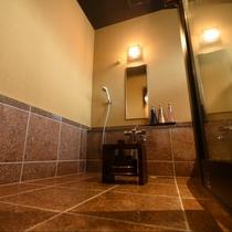 清潔感ある洗い場。貸切風呂で、ご夫婦や、恋人同士、ご友人、親子で語らいながら、プライベートな時間を。