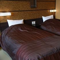 雪見:シックなお部屋に合わせモダンな和テイストのベッドカバーを使用しお客様を心地いい眠りへと導きます