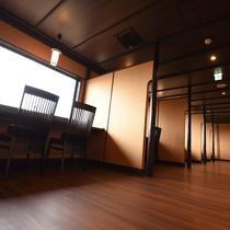 琵琶湖側をのぞむカウンターテーブルを間仕切り、個室感覚で美しい景色を見ながら頂くお食事は格別です。