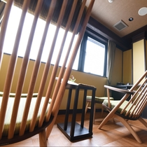 秋雲:このお部屋のおすすめは、琵琶湖を望める半面窓です。プライベートは大切に、お部屋を明い空間に。