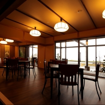 カフェ:和のテイストも取り入れた、外を眺めながらずっと居たくなるような、居心地いいカフェです。