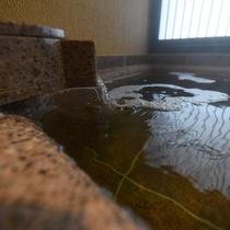 美肌の湯で知られる名湯「尾上温泉」を使用。しっとり肌になじみ、湯上り後はお肌すべすべに。