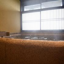 やさしい光差し込む貸切風呂で、湯気立ち上る、やわらかな温泉をおふたり様だけでお楽しみください。