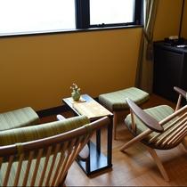 秋雲:琵琶湖の移り行く色を楽しみながら、フットレスト付チェアーにかけて特別な癒し時間を。