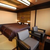 夕凪:重厚感たっぷりな椅子が印象的なお部屋。ベッドまわりは畳敷きで足触りもよくとても癒されます。